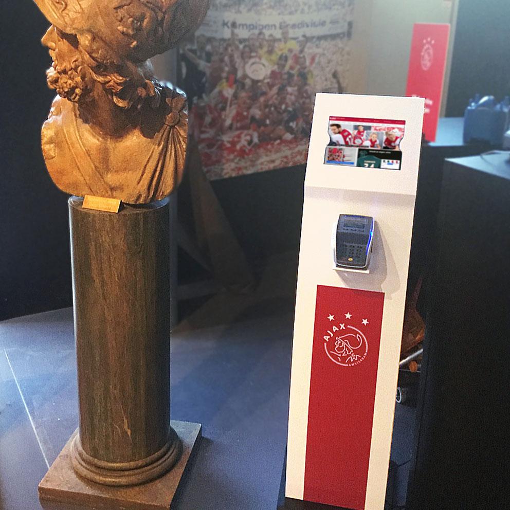 Ajax kiest voor bestelzuilen van diz